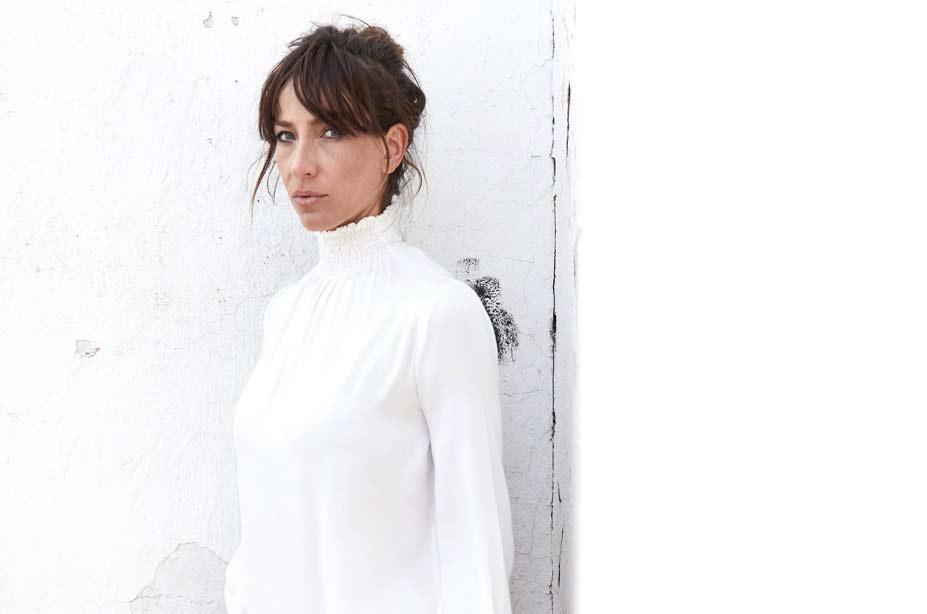 chica vestida de blanco